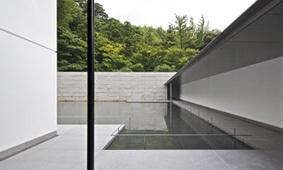 写真2 水鏡の庭と外部回廊・石積み.jpg